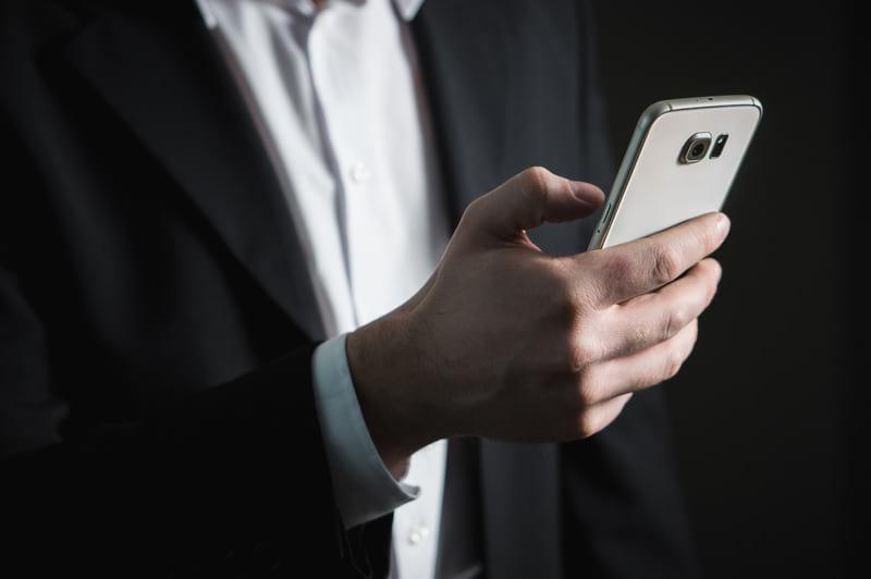 мужчина смартфон картинка
