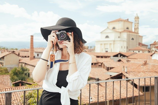девушка фотографирует турист фото