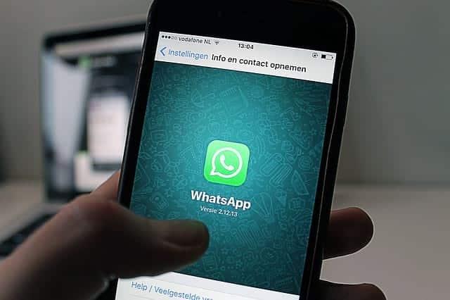 приложение WhatsApp на смартфоне картинка
