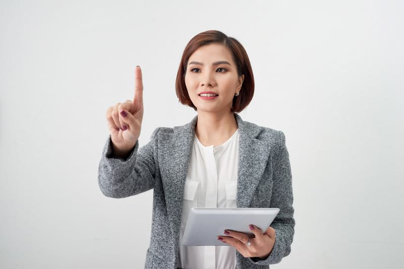 Женщина с планшетом фото