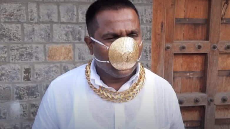 Biznesmen iz Indii nosit masku s zolotym pokrytiem