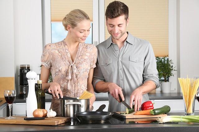 Кухня готовка девушка и парень готовят фото