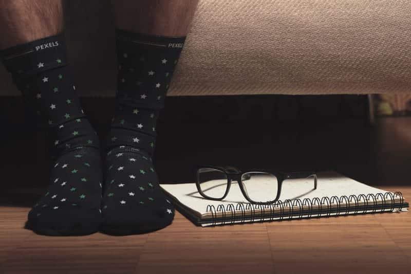 ноги в носках возле кровати фото