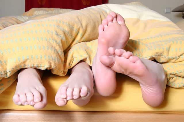 пара постель ноги