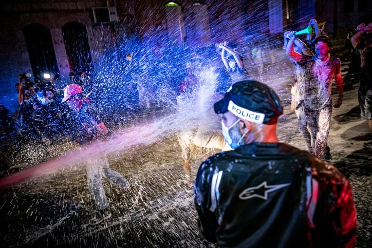 Полиция разгоняет протестующих фото