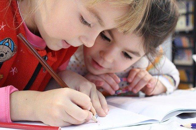 дети пишут в тетради фото
