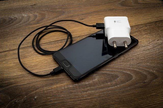 Смартфон с зарядкой фото