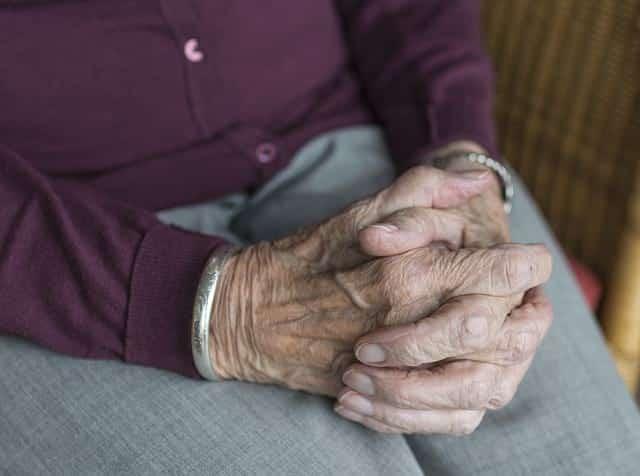 руки старого человека фото