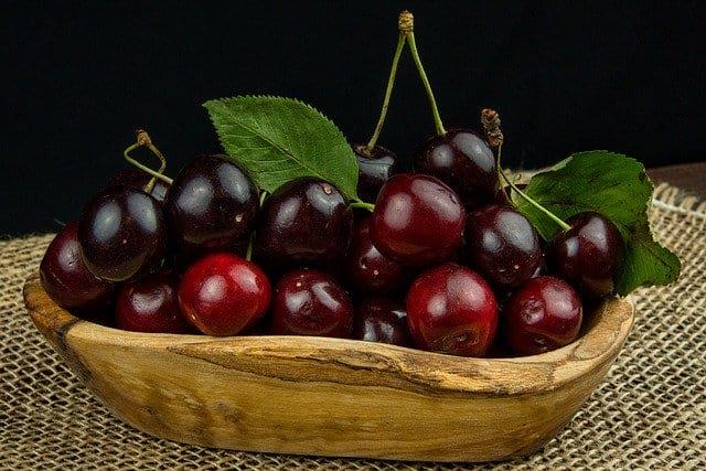 спелая вишня в тарелке фото