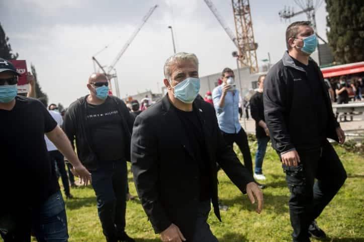 YAir Lapid vo vremya protestov predprinimatelej v aprele