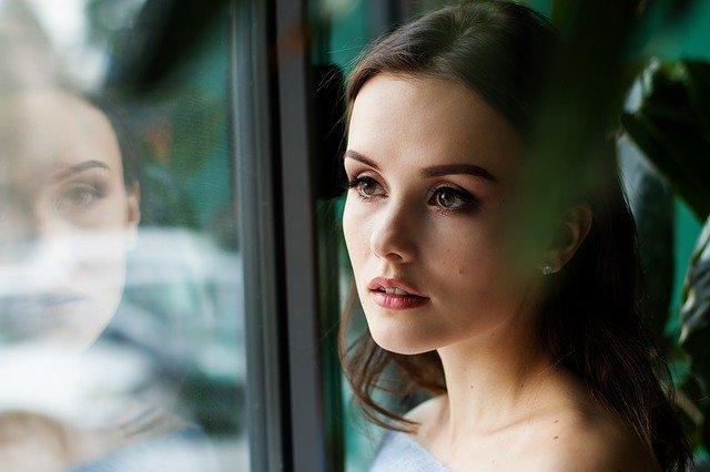 Женщина смотрит в окно иллюстрация