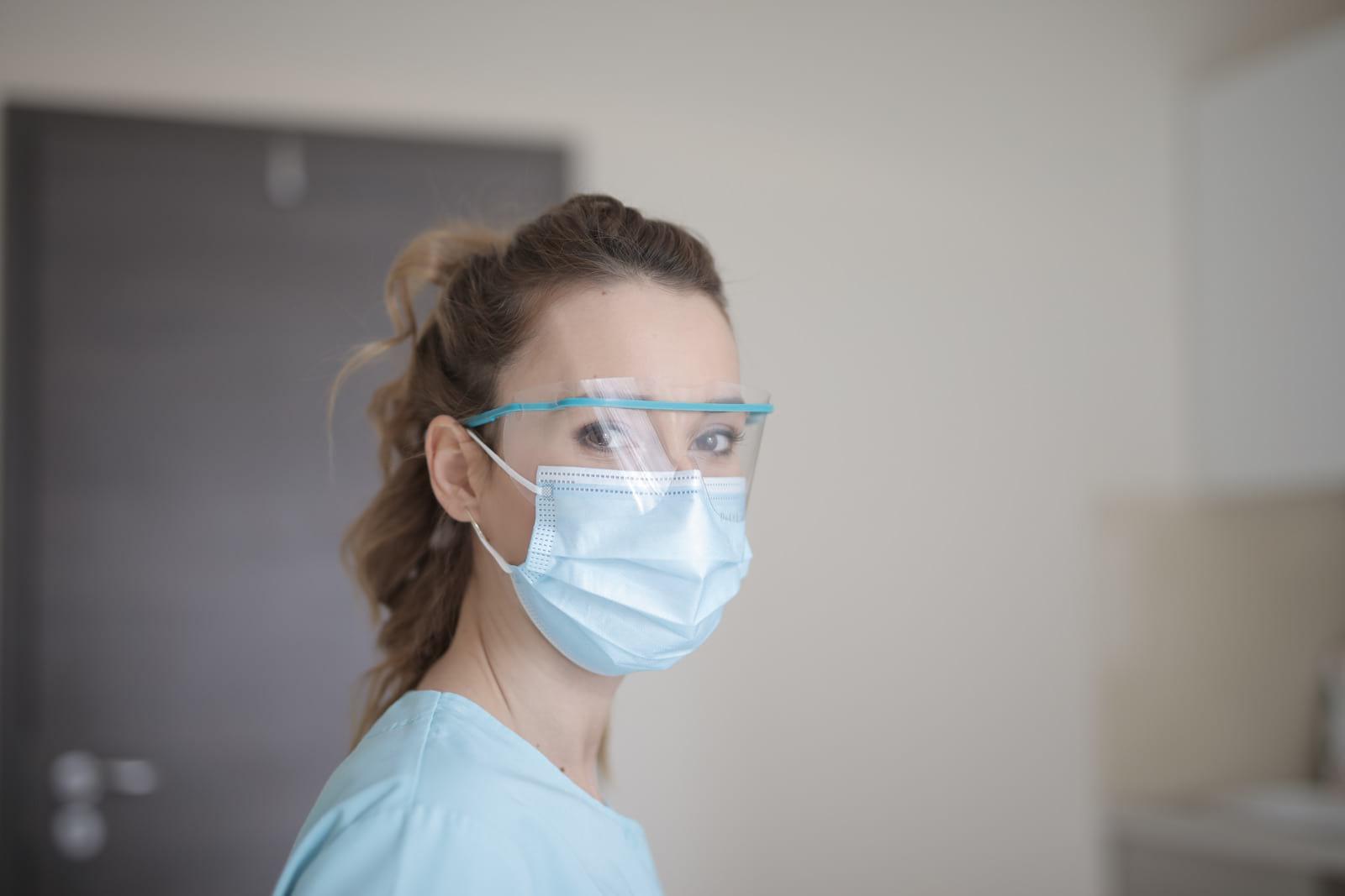 женщина в маске фото