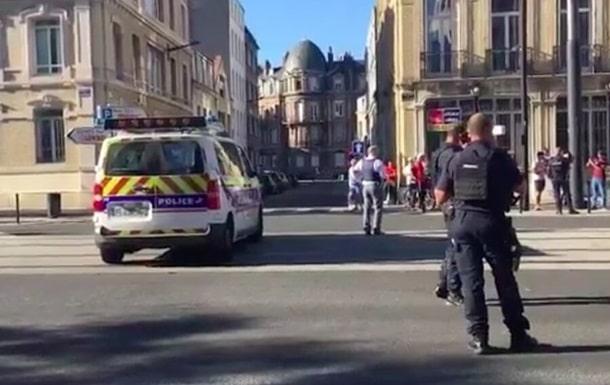 Полиция Франции оцепила квартал вокруг отделения банка фото