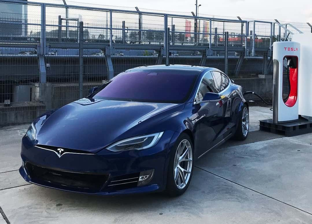 Авто Tesla зарядка картинка