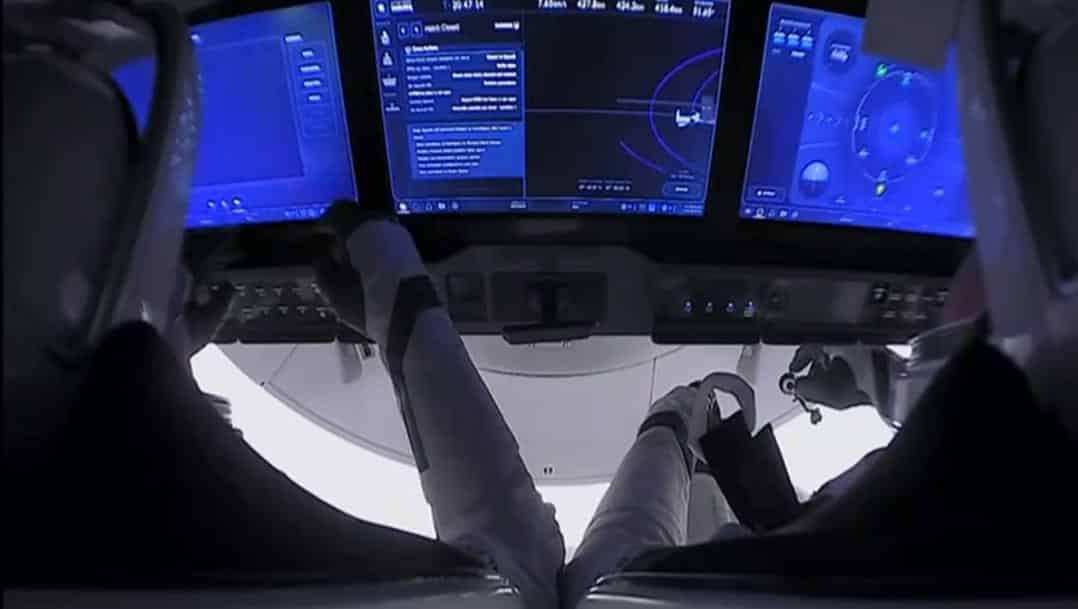 Crew Dragon отстыковывается от МКС фото