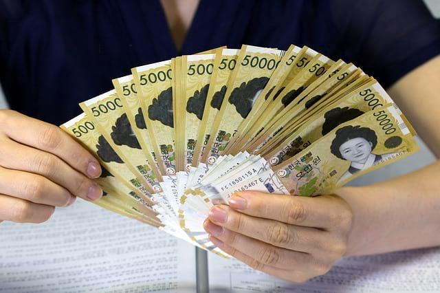 деньги веером в руках фото