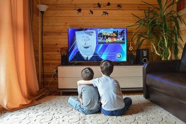 Дети смотрят телевизор фото