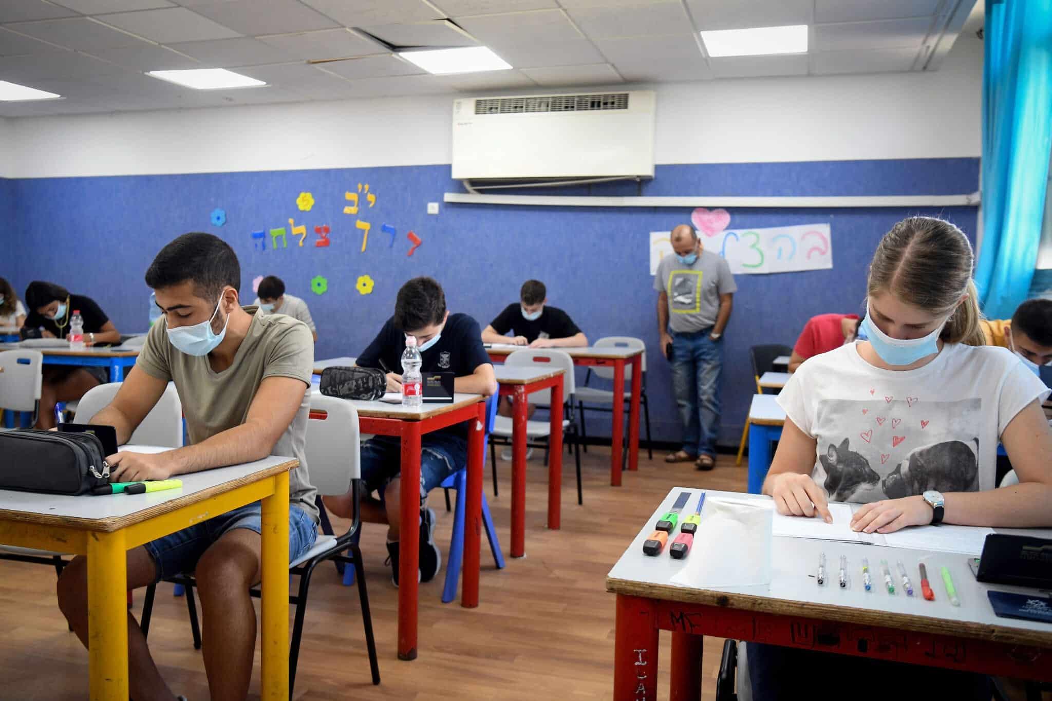 Израильские школьники сдают экзамен по математике фото