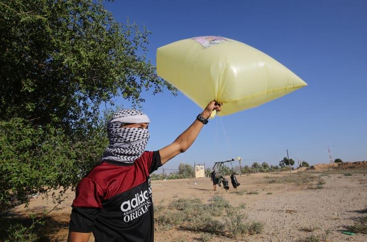 Палестинцы запускают взрывные шары на территорию Израиля фото