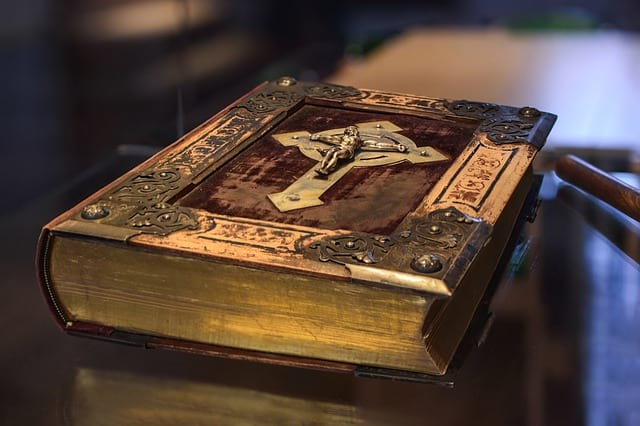 Библия книга фото