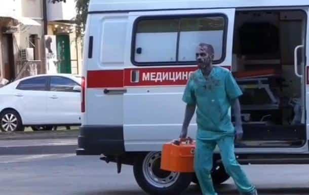 Bloger iz Rosta pugal lyudej v obraze medika zombi