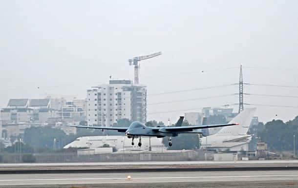 Израильский беспилотник Heron приземляется в аэропорту Бен-Гуриона фото