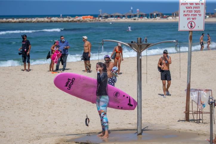 Израильтяне на пляже в Тель-Авиве фото