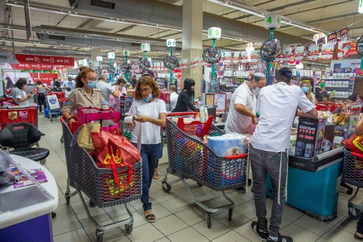 Израильтяне в супермаркетах перед всеобщим карантином фото