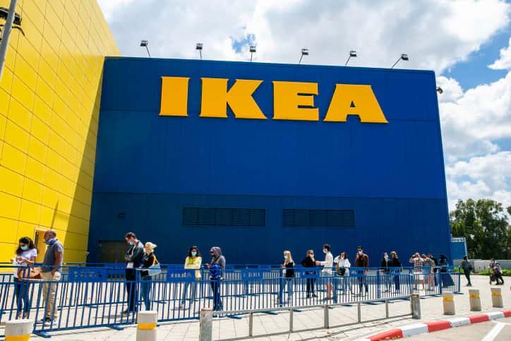 Израильтяне возле магазина IKEA фото