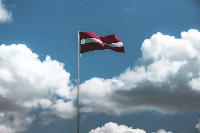 Латвийский флаг фото
