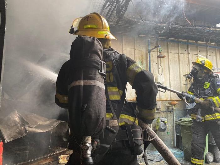 Пожарные тушат огонь на предприятии в Петах-Тикве Израиль фото