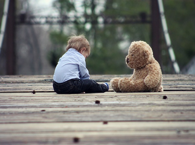 ребенок с игрушкой фото