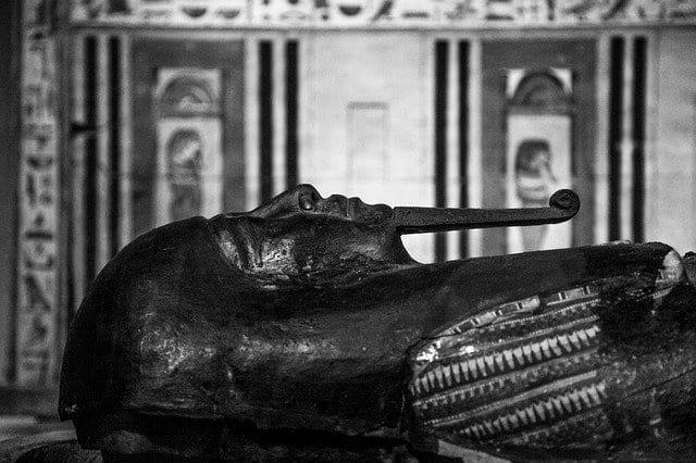 Саркофаг фараона ч/б фото