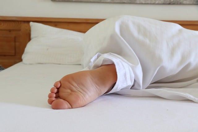 человек спит кровать фото