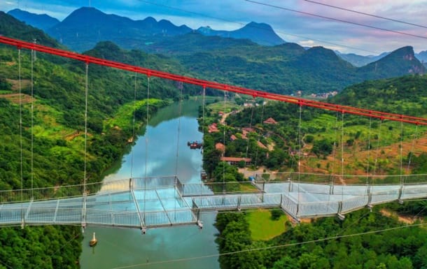 В Китае турист застрял над пропастью на разрушенном стеклянном мосту