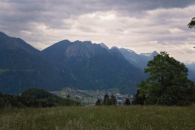 Дождь горы картинка