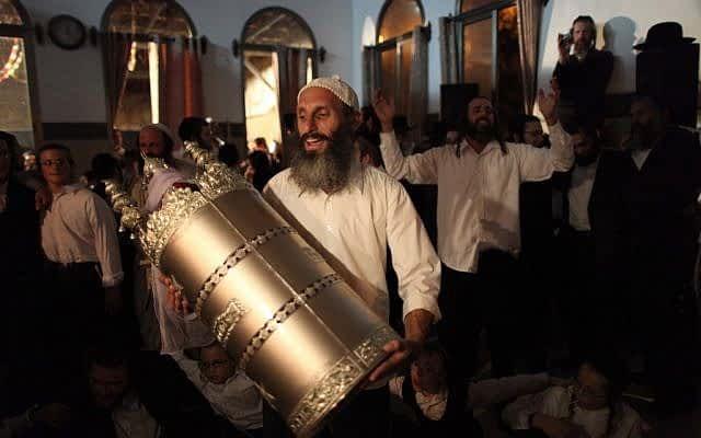 Харедим празднуют Симхат-Тору фото