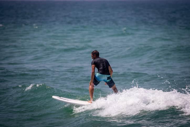 Серфингист в море фото