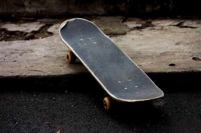 скейтборд на асфальте фото