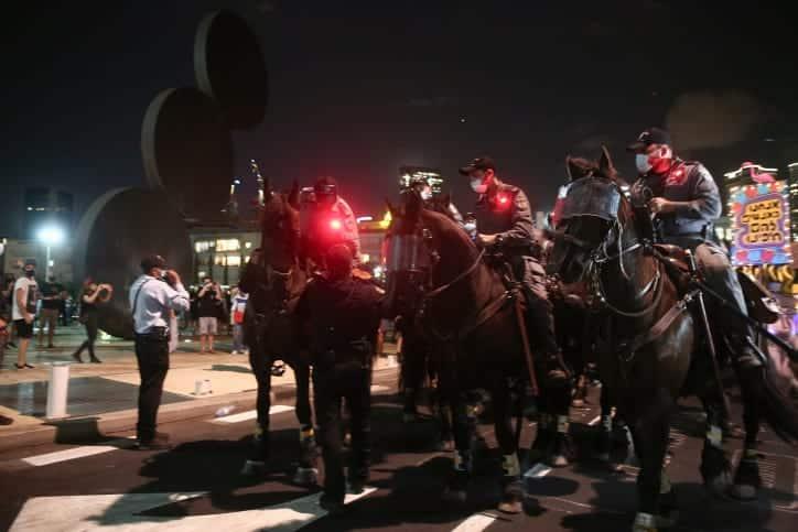 Sotrudniki politsii nablyudayut za protestom protiv Binyamina Netaniyagu