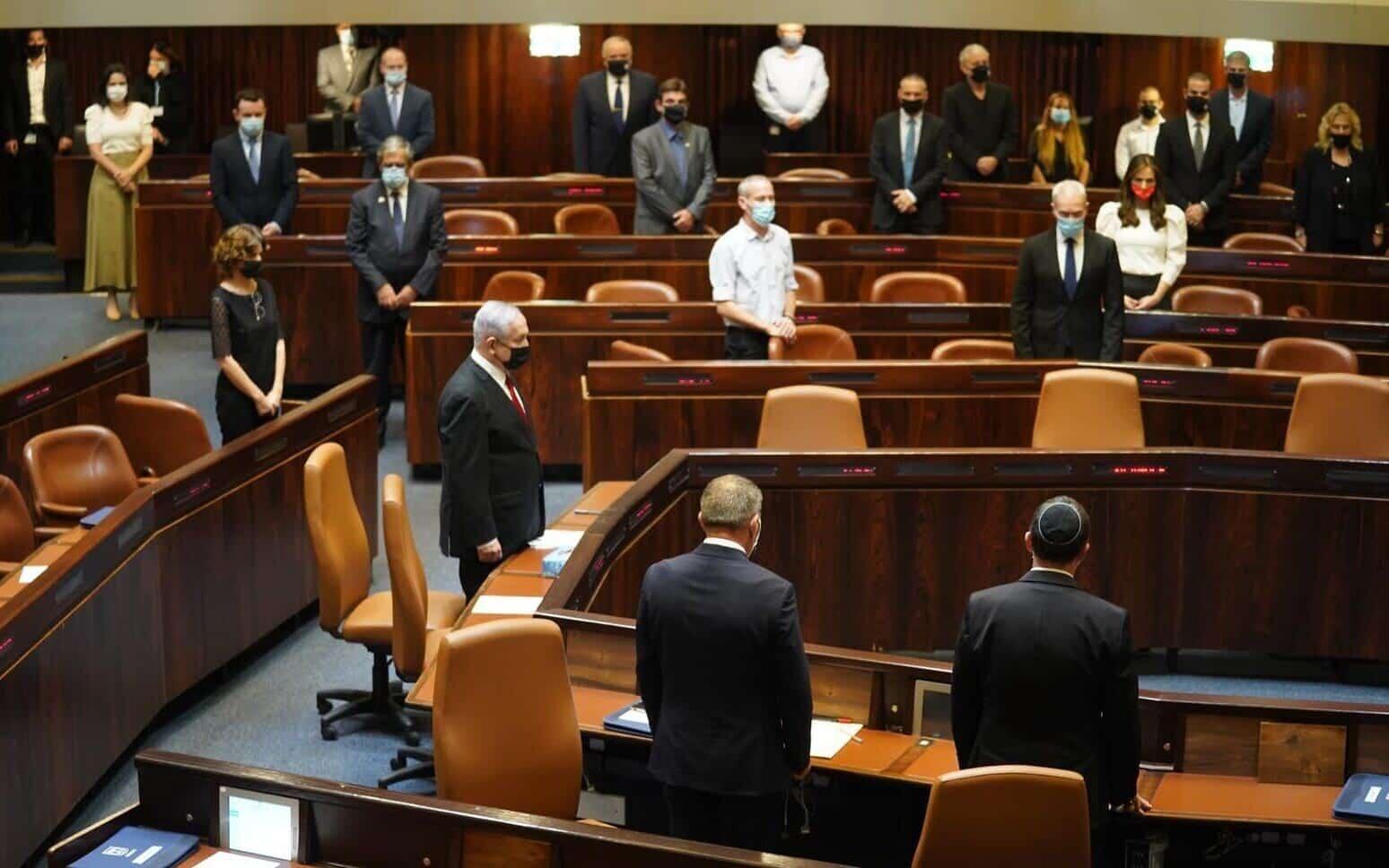 В Кнессете одобрили сокращение зарплат госслужащим