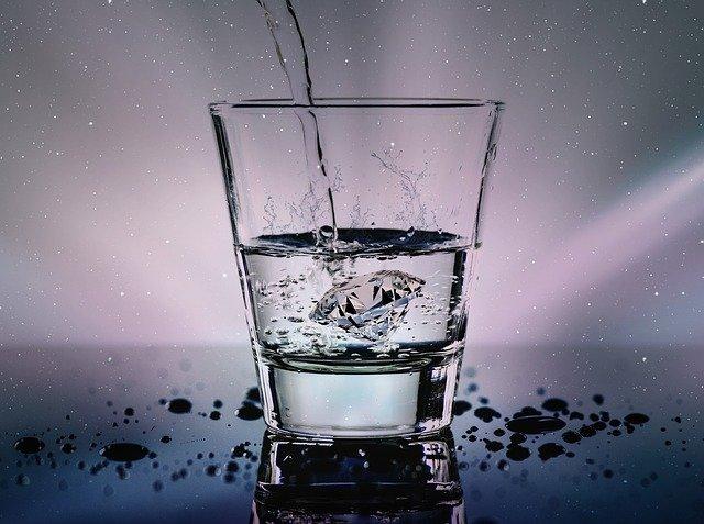 вода льется в стакан фото