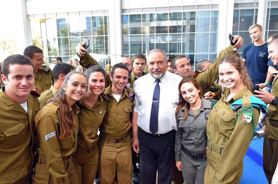Авигдор Либерман с солдатами фото