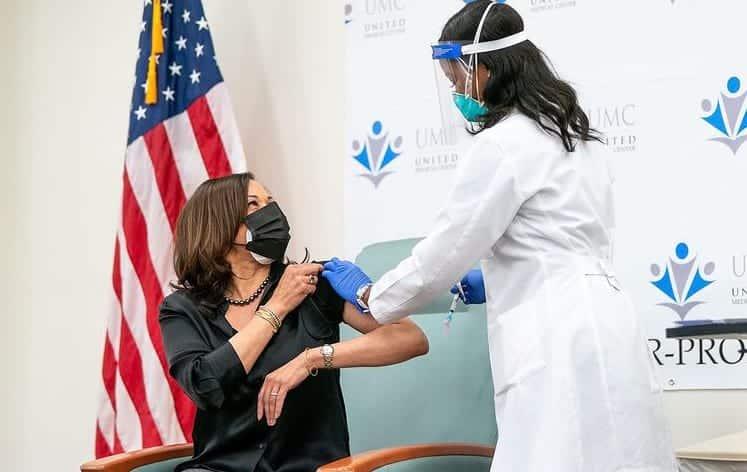 вакцинация Камала Харрис фото