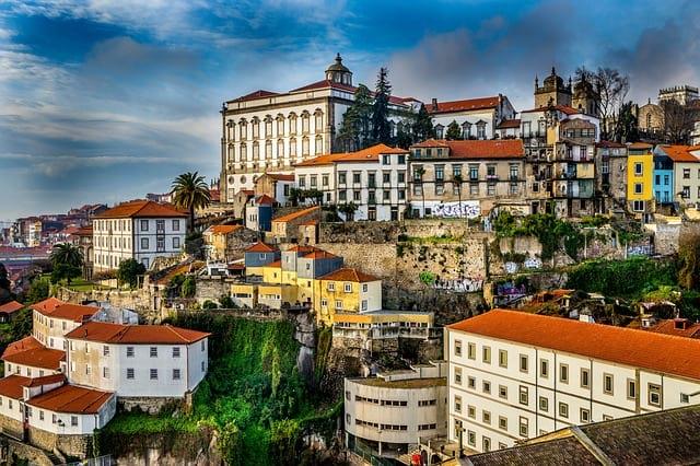В Португалии владельцы баров и ресторанов пошли на крайние меры из-за карантина