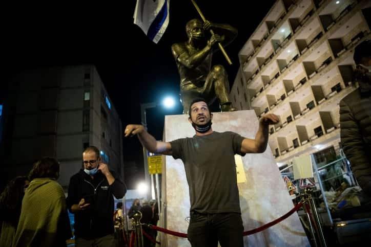 Статуя демонстранта Нетаниягу фото