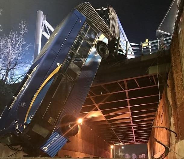 Автобус упал с моста фото