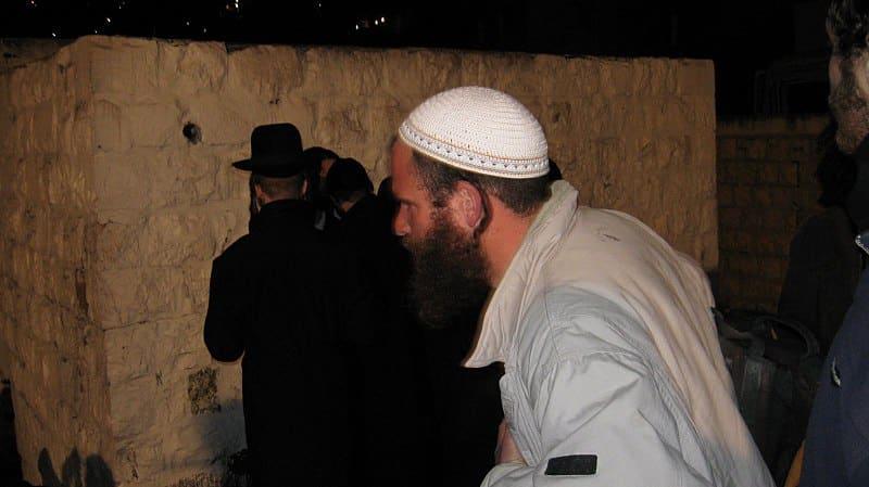 Паломники посещают гробницу Иосифа фото