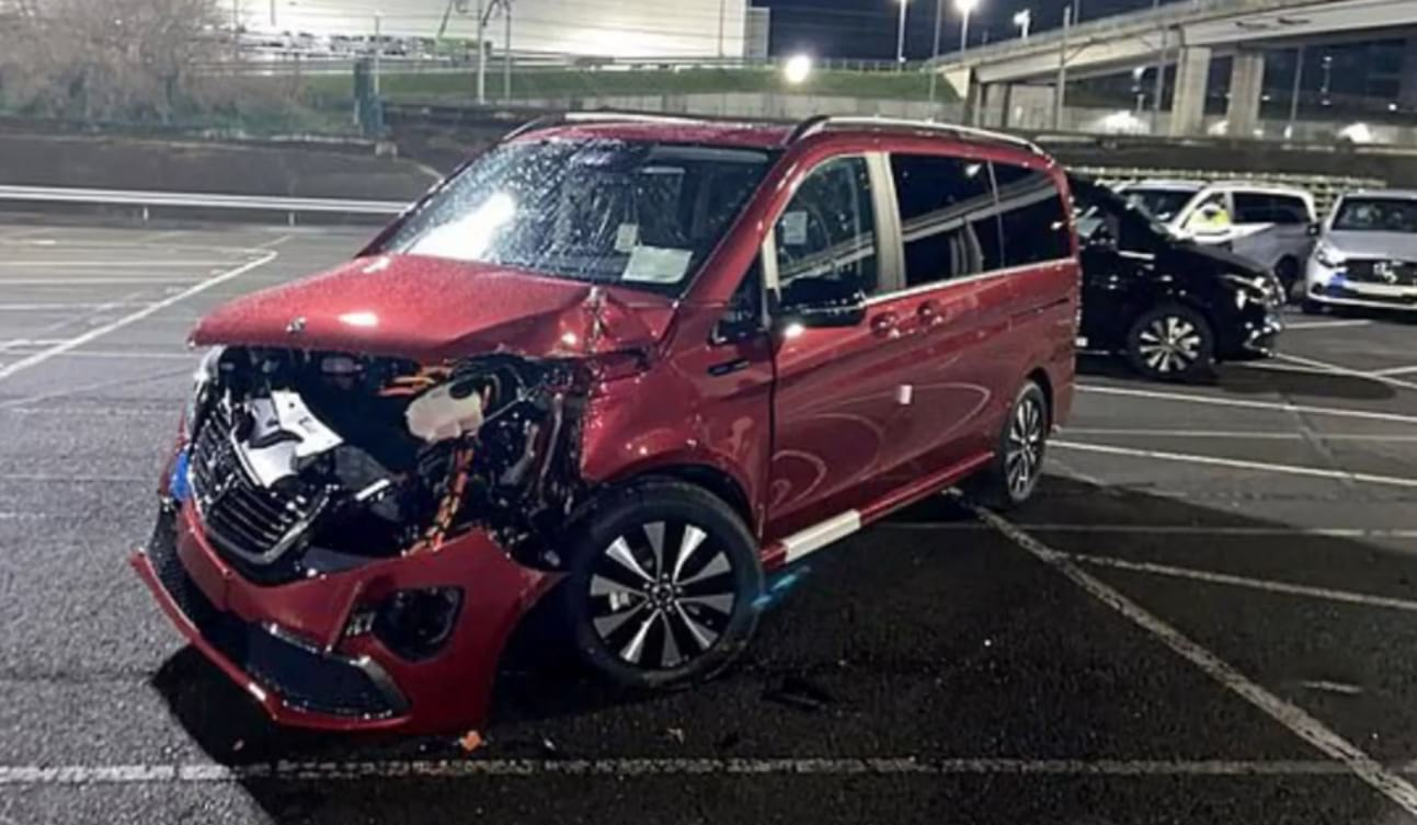 Поврежденный Mercedes картинка