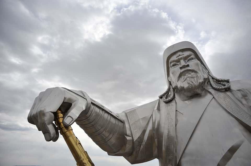 Статуя Чингисхана фото